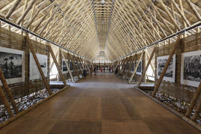 Vue du pavillon de bambou réalisé par l'architecte colombien Simón Vélez, accueillant l'exposition « Contemplation» du photographe Matthieu Ricard, dans le cadre des Rencontres d'Arles.