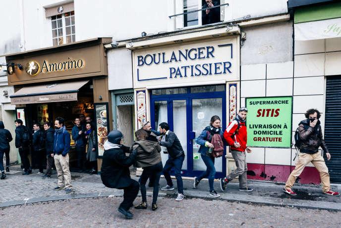 Alexandre Benalla et Vincent Craze, sur la place de la Contrescarpe, à Paris, lors des manifestations du 1er-Mai.