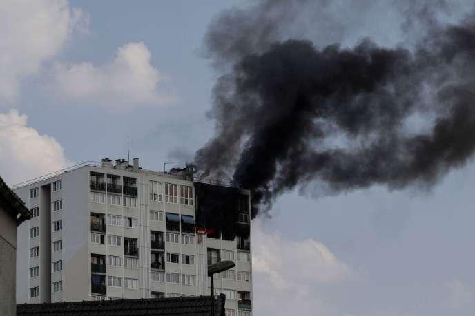 Le feu s'est déclaré dans l'après-midi de jeudi26juillet dans une tour de 18étages d'Aubervilliers, en Seine-Saint-Denis.