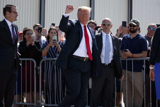 Donald Trump, le président états-unien, à son arrivée à l'aéroport de Dubuque, dans l'Iowa, jeudi 26 juillet.
