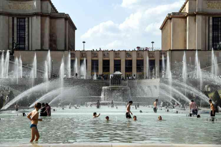 Pour faire face à la canicule, les fontaines servent aussi de piscine, au Trocadéro, à Paris, le 25juillet. Dix-huitdépartements étaient toujours placés en vigilance orange canicule vendredi 27 juillet.A Paris, le thermomètre devait monter jusqu'à 37 degrés vendredi.Cet épisode caniculaire s'accompagne d'un pic de pollution à l'ozone dans plusieurs régions, dont l'Ile-de-France.