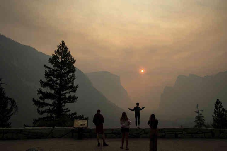 La vallée de Yosemite enfumée, le 25juillet2018, en Californie.Dans la vallée de la Mort, enCalifornie, le record mondial absolu de chaleur de 54°C atteint en juin 2013 à Fumace Creek a été approché, dans cette même localité, de 1,1°C le 24 juillet.