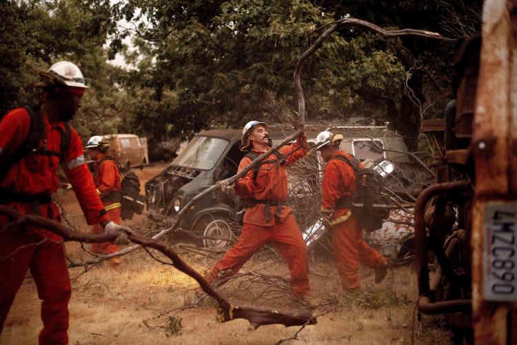 Des pompiers à l'œuvre contre l'incendie Ferguson, dans le comté de Mariposa, enCalifornie, le 16 juillet. Mercredi, les campings du Parc national de Yosemite ont été évacués, alors que les pompiers se battaient pour contenir un énorme feu de forêt juste à l'ouest qui menaçait le parc.