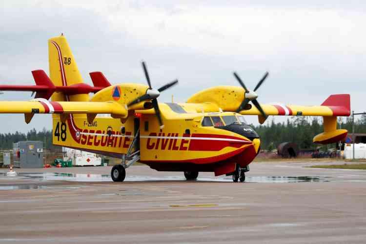 Un avion bombardier d'eau français sur le tarmac à Sveg, dans le centre de la Suède, le21juillet. Jeudi 26 juillet, le premier ministre suédois a annoncé avoir demandé l'aide de l'OTAN pour les opérations d'extinction.