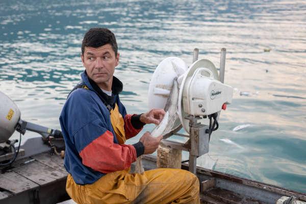 Florent Capretti relève un filet contenant des féras pêchées dans le lac d'Annecy, le 2 juillet 2018.