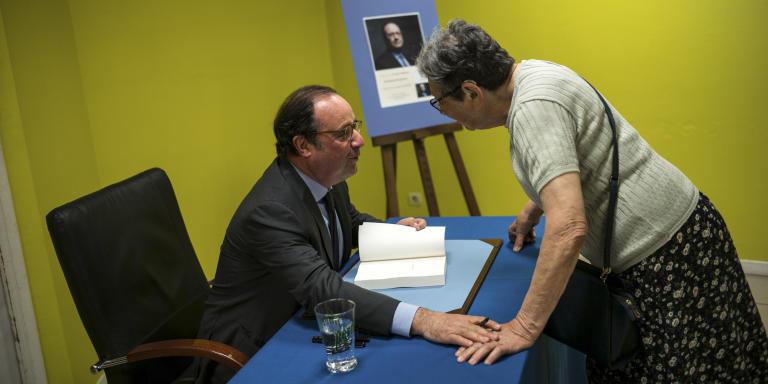 François Hollande en présence de sa compagne Julie Gayet, était à la Maison de la presse à Auch (Gers), le lundi 21 mai, pour dédicacer son livre