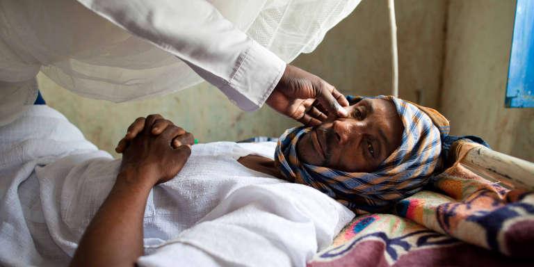 Un médecin ausculte un homme souffrant d'hépatite dans un hôpital au nord du Darfour, au Soudan, en mai 2013.