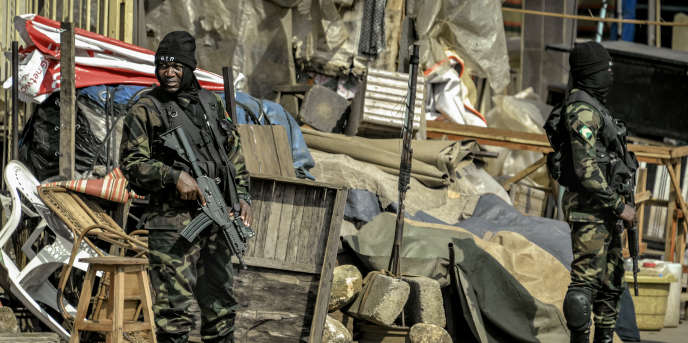 Des membres des forces spéciales camerounaises montent la garde à Bamenda, dans la région du Nord-Ouest anglophone, le 17 novembre 2017.