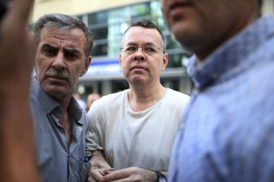 Le pasteur évangélique américain Andrew Brunson, à son arrivée en résidence surveillée à Izmir, en Turquie, le 25juillet.