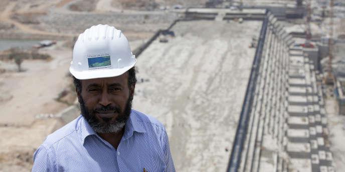 Simegnew Bekele, directeur de projet du barrage de la Renaissance, sur le chantier de l'ouvrage à la frontière entre le SOudan et l'Ethiopie, en mars 2015.