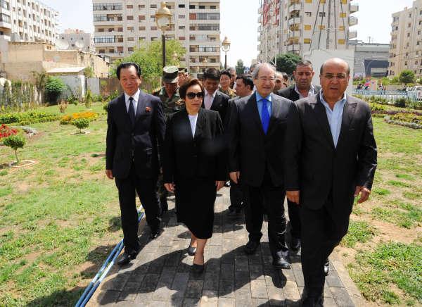 Le 31 août 2015, inauguration du Kim Il-sung Park en présence de l'ambassadeur nord-coréenJang Myong (à gauche), le président de l'association de l'amitié syro-nord-coréenne Fairouz Moussa (centre), et Faisal Mekdad, le vice-ministre des affaires étrangères syrien (à droite).