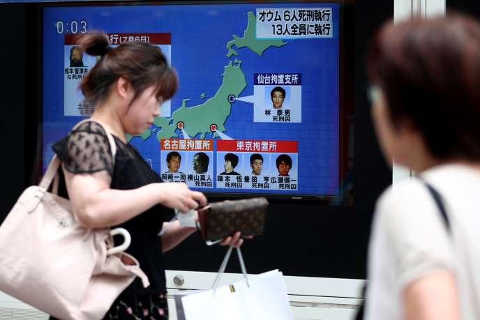 La télévision japonaise annonce l'exécution des six derniers membres de la secte Aum Shinrikyo, à Tokyo, le 26 juillet.