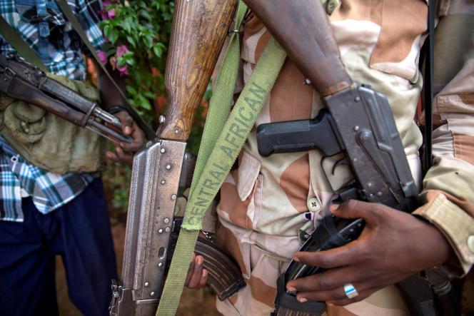 Un homme armé, membre d'une milice de l'ouest de la Centrafrique, en avril 2017.