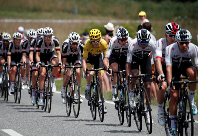 Le peloton avecle Maillot jaune Geraint Thomas lors de la 19e étape du Tour de France, le 27 juillet 2018.