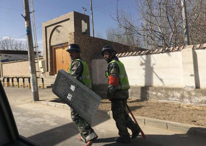 Patrouille de police dans un village du Xinjiang, le 17 février.