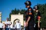 Des policiers patrouillent devant une mosquée, à Kashgar, dans le Xinjiang, le 26 juin 2017.