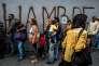 Des habitants font la queue dans une rue de Caracas (Venezuela), le 23 juillet.