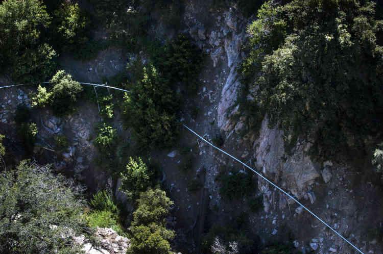 Les pipelines installés dans la montagne pour transporter l'eau de source exploitée par Nestlé.