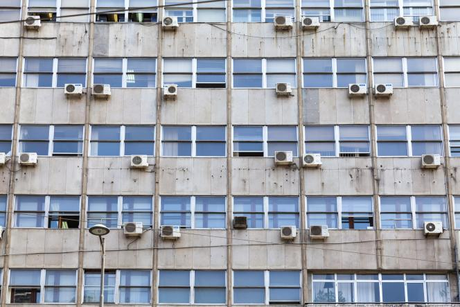 Inventé il y a un peu plus d'un siècle, le climatiseur électrique recouvre ici la façade d'un immeuble de Belgrade.