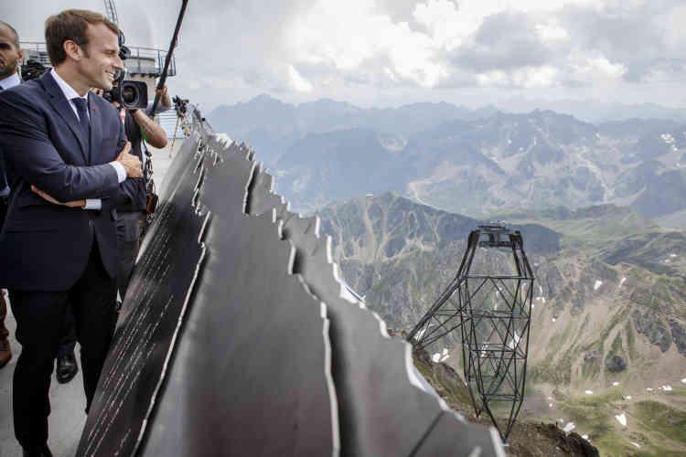 Le président de la République aux abords du «ponton vers le ciel», sur lequel il ne s'aventurera finalement pas