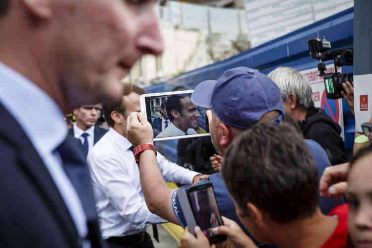 « Est-ce que vous êtes venu chercher du réconfort ici ? », lui demande une femme dans la foule. « Non, je suis venu au contact de nos concitoyens avec le même plaisir que d'habitude », lui répond le président, qui effectue là sa dernière « déambulation » de la journée avant de s'envoler pour Madrid.
