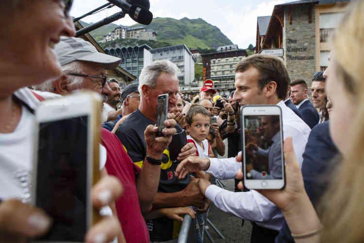 Le président prend les mains qui se tendent, embrasse le front des enfants. Des impatients qui veulent le faire venir vers eux entonnent une «Marseillaise».