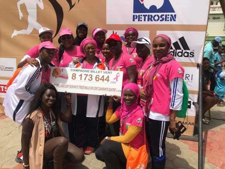 Des membres du Ladies Club remettent un chèque à la Ligue sénégalaise contre le cancer, à l'occasion du Marathon de Dakar 2017.