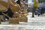 Pour lutter contre la chaleur, les habitants d'un quartier chinois ont projeté de l'eau sur le sol. Cette tradition ancienne s'appelle « uchimizu »