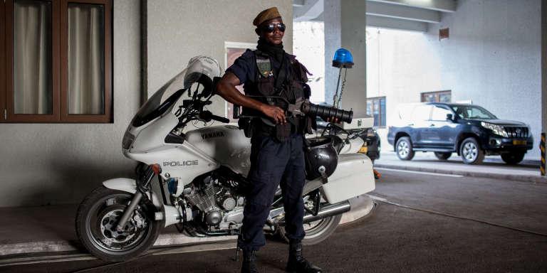 Un policier congolais monte la garde au stade Kintele de Brazzaville, en mars 2016.