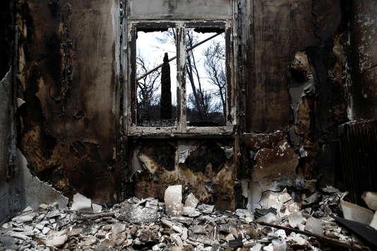 Une maison brûlée, à Mati,la localité la plus touchée par les feux sur la côte orientale d'Athènes.