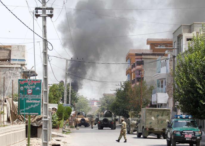 De la fumée s'élève de l'école de sages-femmes attaquée, le samedi 28 juillet à Jalalabad (Afghanistan).