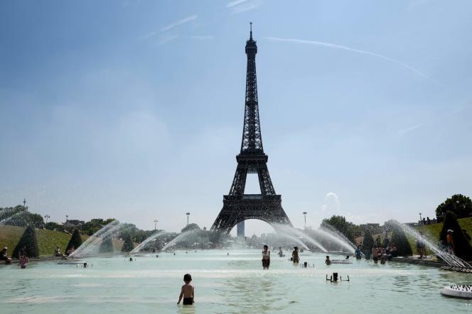 Devant la tour Eiffel, le 27 juillet.