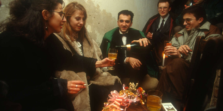 Janvier 1993. Le mariage a eu lieu chez les parents de Bojan, Fuad et Gordanna, qui vivaient près de la Présidence, en vue depuis la crete de montagne où étaient installés les forces Serbes donc une habitation risquée. C'était rare que les gens se réunissent pour telles occasions car sortir dans la rue était toujours risqué. A partir du soir nous sommes descendus dans la cave pour continuer la fête car on ne pouvait pas éclairer l'appartement à cause du risque de snipers.