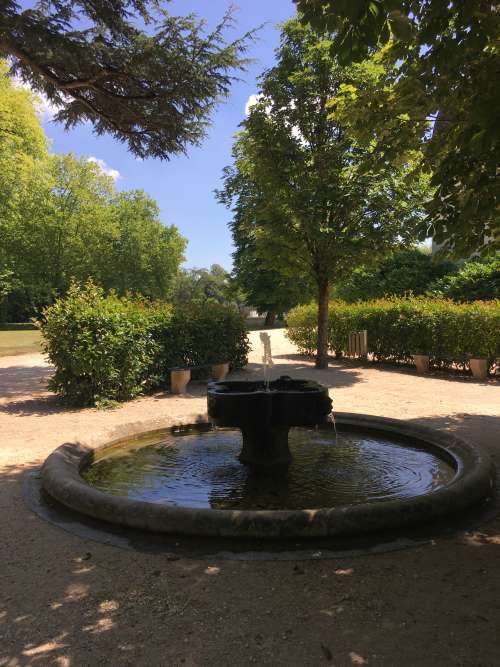 Si elles apportent de la fraîcheur, les fontaines ombragées produisent aussi le murmure de l'eau qui coule, le« plus grand plaisir» pour Russell Page quand il se promenait dans un jardin.