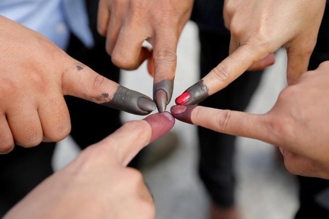 Chaque votant devait plonger son doigt dans de l'encre noire après avoir glissé son bulletin dans l'urne.