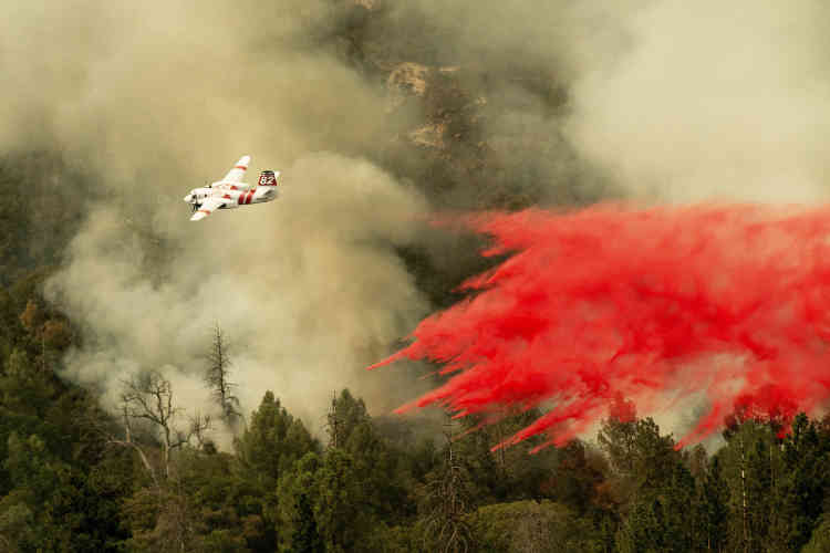 Un Tanker 82 largue du retardant pour tenter de contenir l'incendie baptisé «Ferguson», avant qu'il n'atteigne des habitations de la communauté de Darrah, dans le comté de Mariposa, en Californie, le 25 juillet.