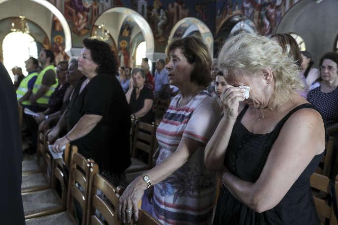 Le 29 juillet, les enterrements se succèdent dans l'église orthodoxe du village grec de Mati, après les incendies qui ont causé la mort d'au moins 91 personnes.