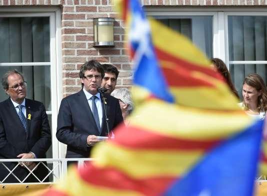 L'ancien président indépendantiste catalan Carles Puigdemont, accompagné de son successeur Quim Torra, à Waterloo (Belgique) le 28 juillet.