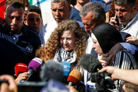 Ahed Tamimi répond aux journalistes à sa sortie de prison.