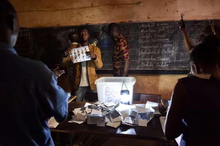Dépouillement des urnes à Bamako, le 29 juillet.
