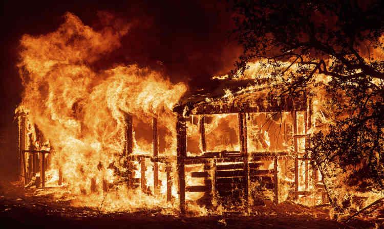 Près de Redding, dans le nord de la Californie, où l'incendie Carr a causé la mort de deux pompiers jeudi 26 juillet. L'incendie a déjà consumé 32700 hectares, détruit 500 bâtiments et en a endommagé 75 autres.