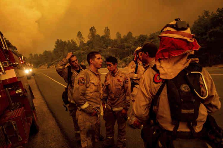 Les pompiers élaborent leur stratégie contre l'incendie Carr, dans le comté de Shasta, en Californie, le 26 juillet.