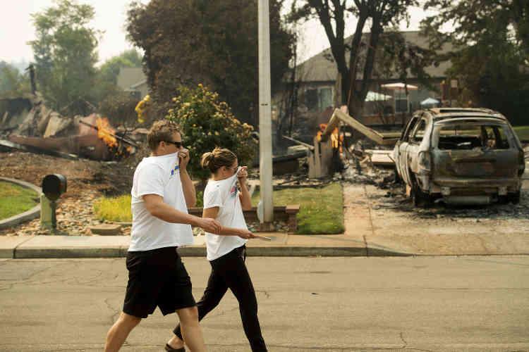 Un couple évacué de son domicile revient évaluer les dégâts, à Redding, le 27 juillet.