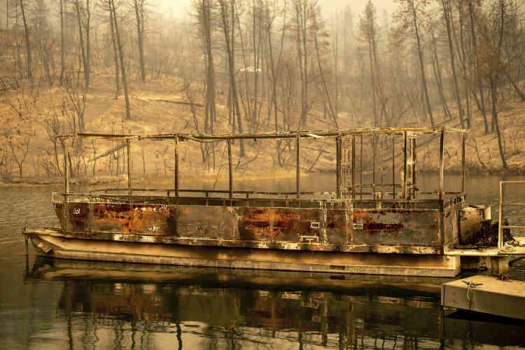 Ce bateau, attaché au ponton du lac Wiskeytown, dans le comté de Shasta, n'a pas échappé aux flammes, le 27 juillet.