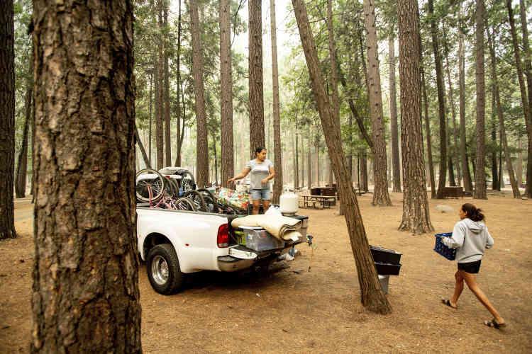 Le 25 juillet, les visiteurs ont été évacués du parc national de Yosemite, qui restera fermé jusqu'au 3 août. Ici, une famille s'apprête à quitter son emplacement dans le très populaire camping d'Upper Pines, au cœur de la vallée.