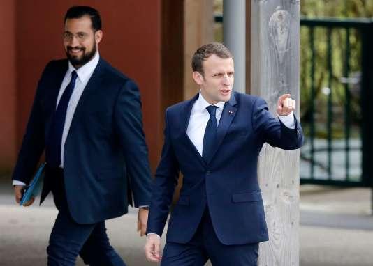 Emmanuel Macron, le 12 avril 2018, aux côtés d'Alexandre Benalla, alors responsable de la sécurité à l'Elysée, à Berd'huis (Orne).