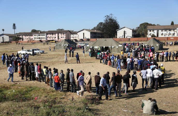 Des électeurs patientent devant un bureau de vote de Harare, capitale du Zimbabwe, le 30 juillet 2018.