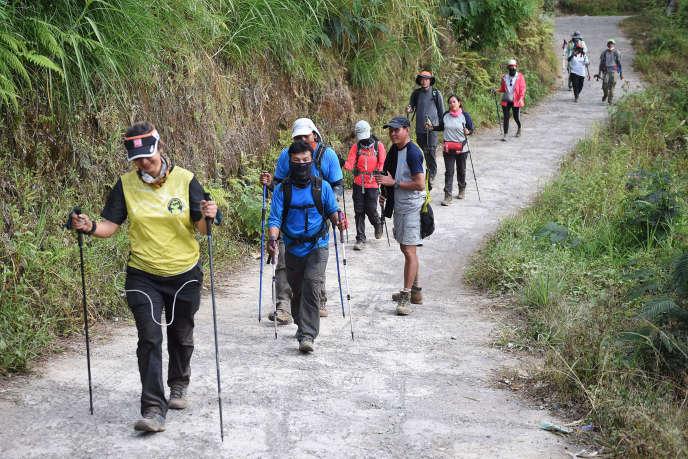 Des randonneurs étrangers et indonésiens en train de descendre le mont Rinjani, enIndonésie, le 30 juillet.