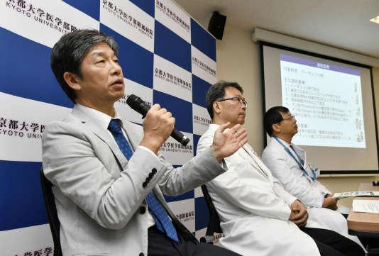 Le professeur JunTakahashi annonce, le 30 juillet à Kyoto, une nouvelle technique de soin destinée aux patients atteints de Parkinson.