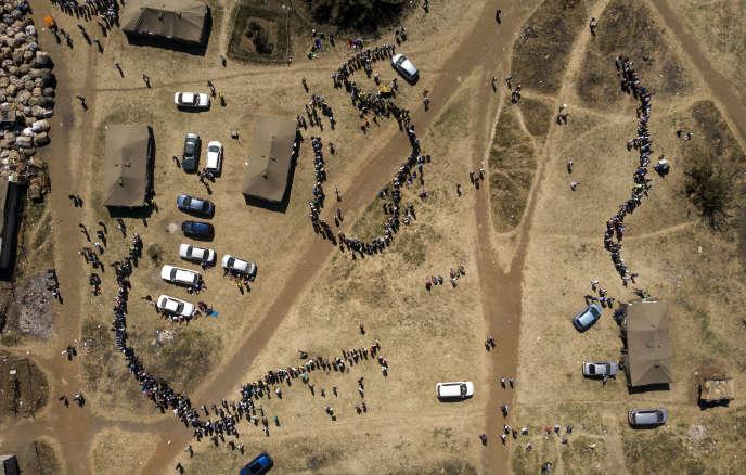 Vue aérienne des files d'attente devant des bureaux de vote à Harare, au Zimbabwe, le30 juillet.